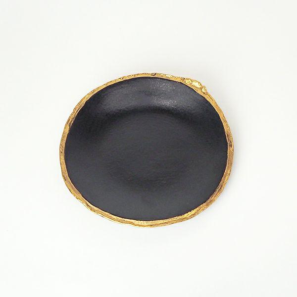 土の持つ力強さを感じる寺田鉄平さんの黒釉金彩 丸小皿