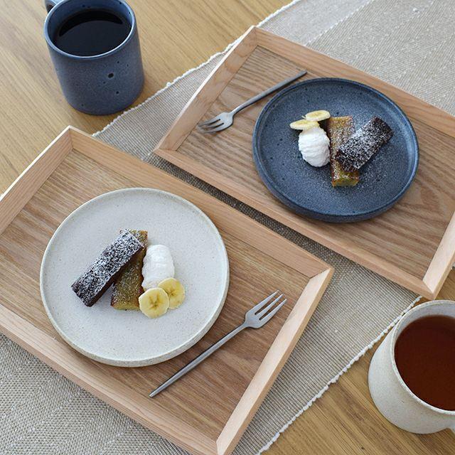 POOLプレートペア S 白と灰色の釉薬のかかった、シンプルで上品なペアプレートのギフトです。渕がある丸皿は和食にも洋食にもお使い頂けるモダンな印象になっています。