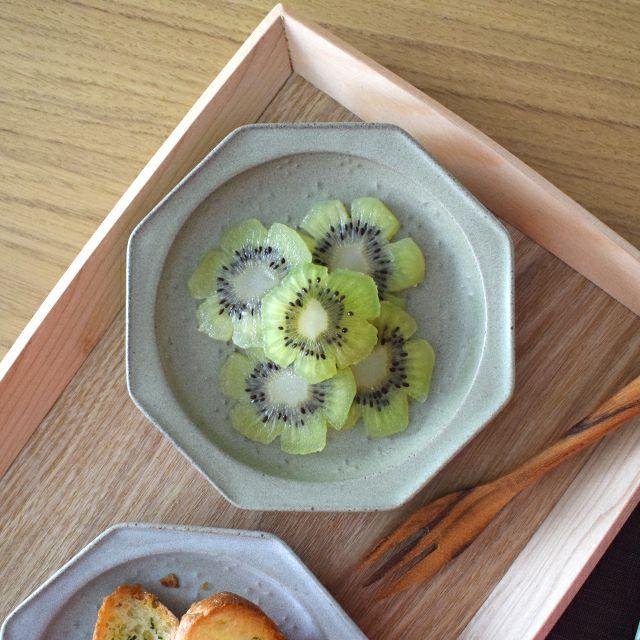 oribe pottery レリーフ12八角皿 オリーブ 手作りしたような少しゆがんだシルエットとさらさらとしたマットな質感が、静かで優しい大人な雰囲気の「oribe pottery」シリーズ。和食にも洋食にも合わせやすく、シンプルで毎日使っても飽きがこないデザインのうつわ。