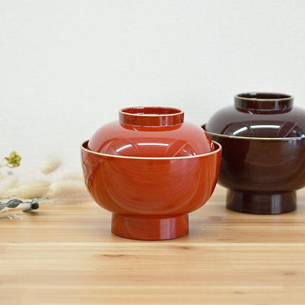 新年の食卓をあたたかく華やかな雰囲気にしてくれる塗りの「雑煮椀大名型 渕金塗」。食洗機や乾燥機も使用可能で使い勝手もよく、お手入れも簡単です。シンプルなデザインで現代のライフルタイルに馴染みやすくデザインされており、上品な金に縁どられた美しい雑煮椀大名型 渕金塗 朱