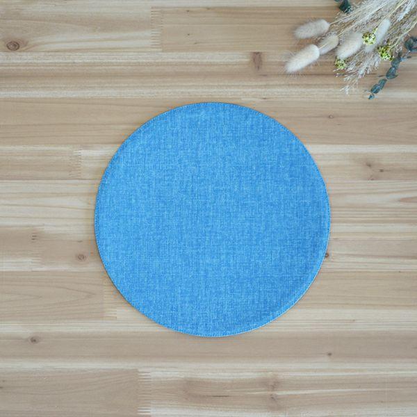 麻のような織むらのある生地をもちいた、シンプルな丸いマット。他のサイズとの組み合わせが可愛らしい。四角いテーブルの上が丸いアクセントで、とてもかわいらしくコーディネート出来る四季彩 サークルマットM 紺