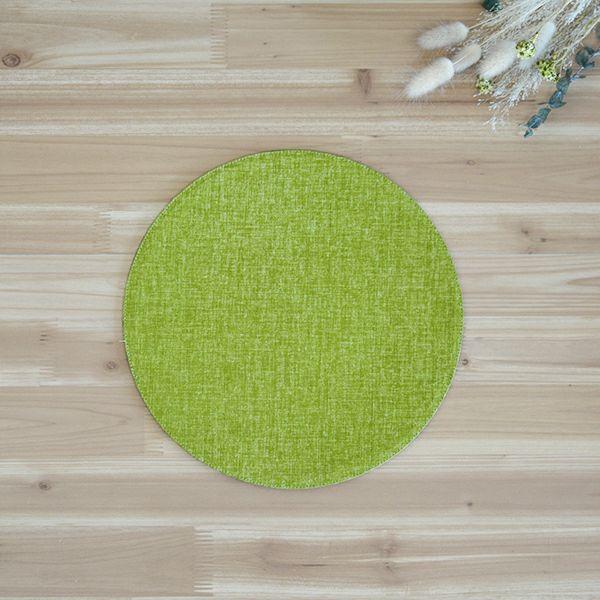 麻のような織むらのある生地をもちいた、シンプルな丸いマット。他のサイズとの組み合わせが可愛らしい。四角いテーブルの上が丸いアクセントで、とてもかわいらしくコーディネート出来四季彩 サークルマットM 緑