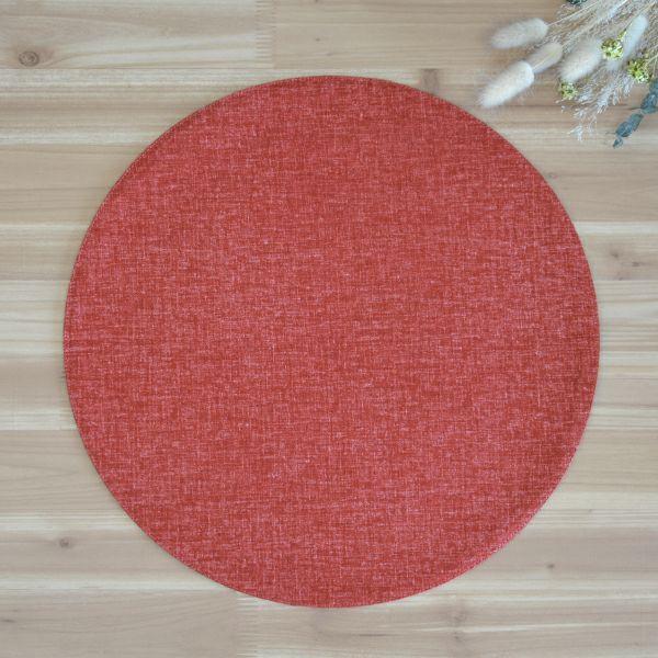 麻のような織むらのある生地をもちいた、シンプルな丸いマット。他のサイズとの組み合わせが可愛らしい。四角いテーブルの上が丸いアクセントで、とてもかわいらしくコーディネート出来る四季彩 サークルマットL 赤