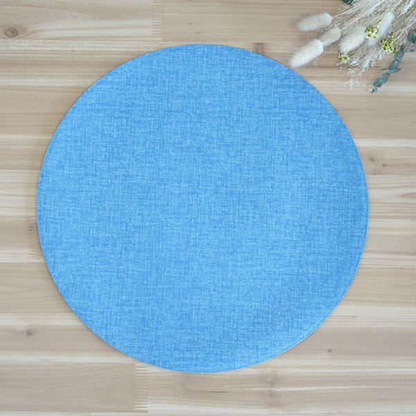麻のような織むらのある生地をもちいた、シンプルな丸いマット。他のサイズとの組み合わせが可愛らしい。四角いテーブルの上が丸いアクセントで、とてもかわいらしくコーディネート出来る四季彩 サークルマットL 紺