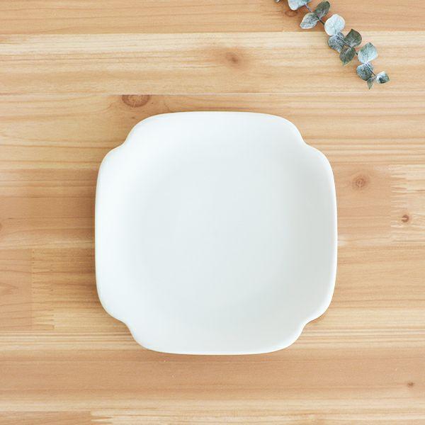 meimei-ware隅入取皿 濃青白色 古くから使われてきた古陶磁の特徴ある3種類のシルエットの食器「meimei-ware」シリーズ。 使いやすいさらりとしたなめらかな生地感で、マットな質感の釉薬がの銘々皿です。
