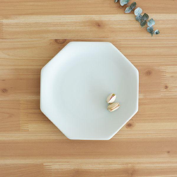 meimei-ware八角取皿 濃青白色 古くから使われてきた古陶磁の特徴ある3種類のシルエットの食器「meimei-ware」シリーズ。使いやすいさらりとしたなめらかな生地感で、マットな質感の釉薬がの銘々皿です。