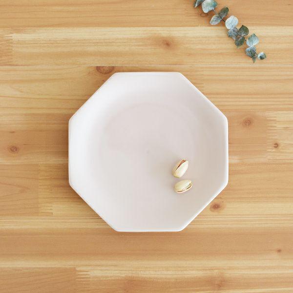 meimei-ware八角取皿 ピンク 古くから使われてきた古陶磁の特徴ある3種類のシルエットの食器「meimei-ware」シリーズ。使いやすいさらりとしたなめらかな生地感で、マットな質感の釉薬がの銘々皿です。