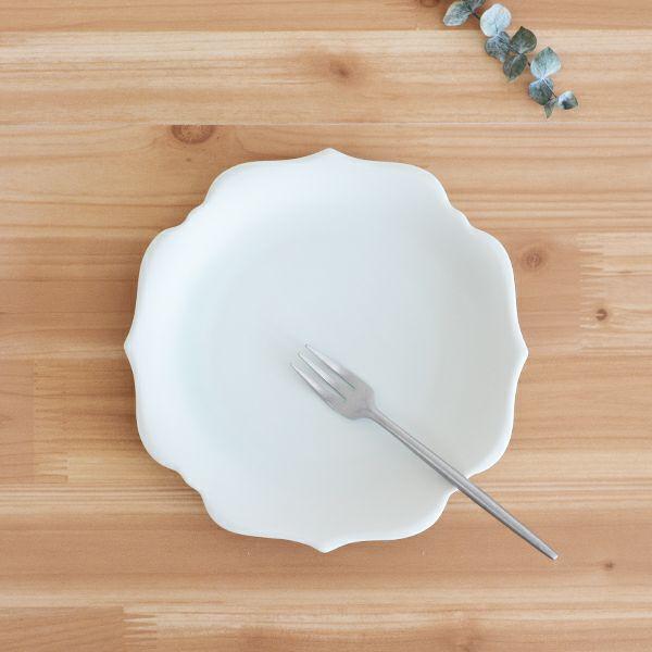 meimei-ware稜花取皿 濃青白色 古くから使われてきた古陶磁の特徴ある3種類のシルエットの食器「meimei-ware」シリーズ。使いやすいさらりとしたなめらかな生地感で、マットな質感の釉薬がの銘々皿です。
