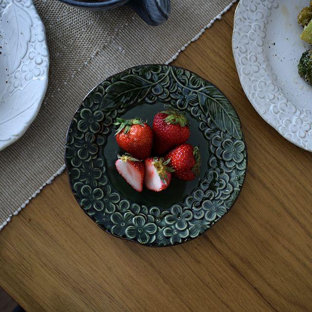 細かいところまで丁寧に彫られたお花のレリーフは、落ち着いた色合いの3色展開。グリーンとホワイト、レッドパープルがあり、毎日使いたくなる可愛らしいうつわ花彫プレート M 織部