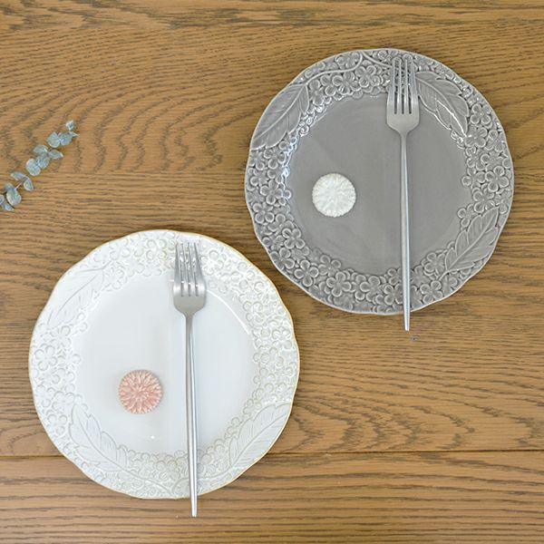 毎日使いたくなる可愛らしいギフト。中皿2枚とガーベラの形の箸置き2個、フォークが2本の6点セット花彫りペアプレート