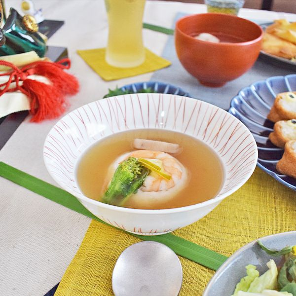シンプルな佇まいの料理が映える多様碗斜十草粋碗 赤